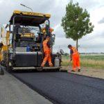 Het aanleggen van de proefstrip van bio-asfalt