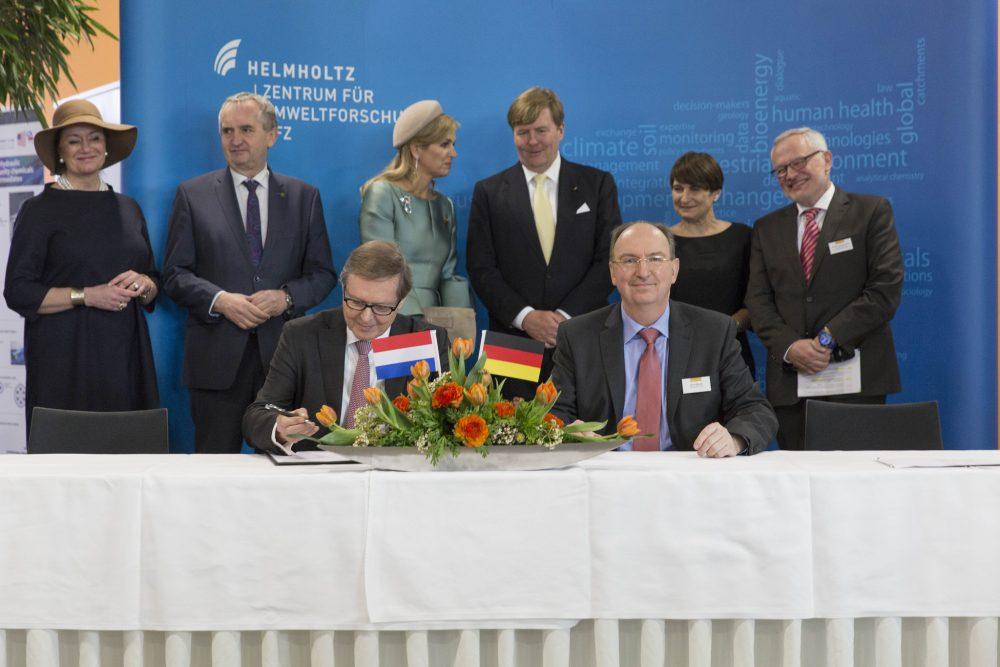 Ondertekening samenwerking willem sederel mensen aan tafel