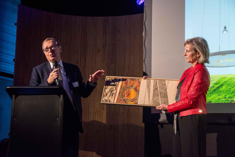Willem Sederen schenkt biobased kunstwerk aan Petra Koenders