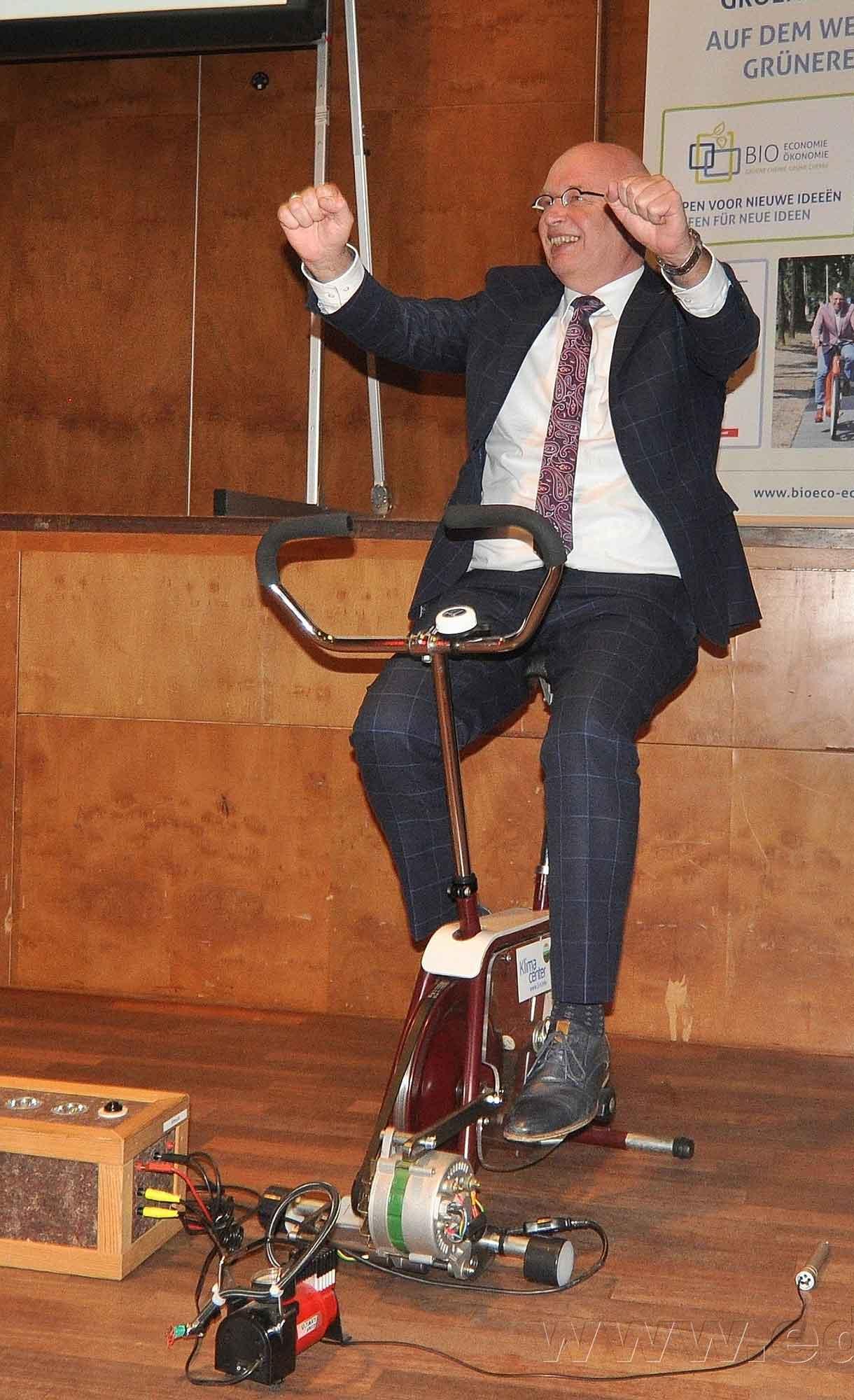 Gedeputeerde Henk Staghouwer fietst voor de kick-off Bio-economie Groene-Chemie