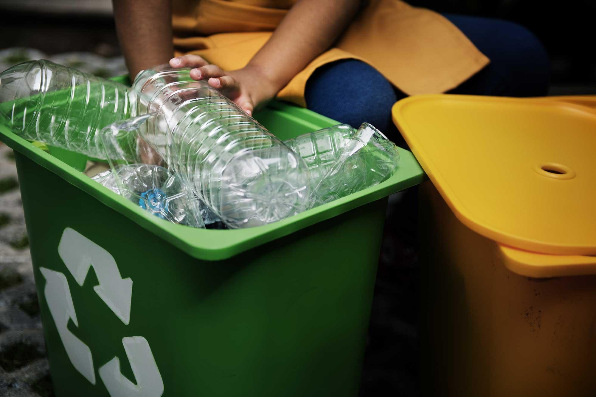 Plastic flessen in recyclebak