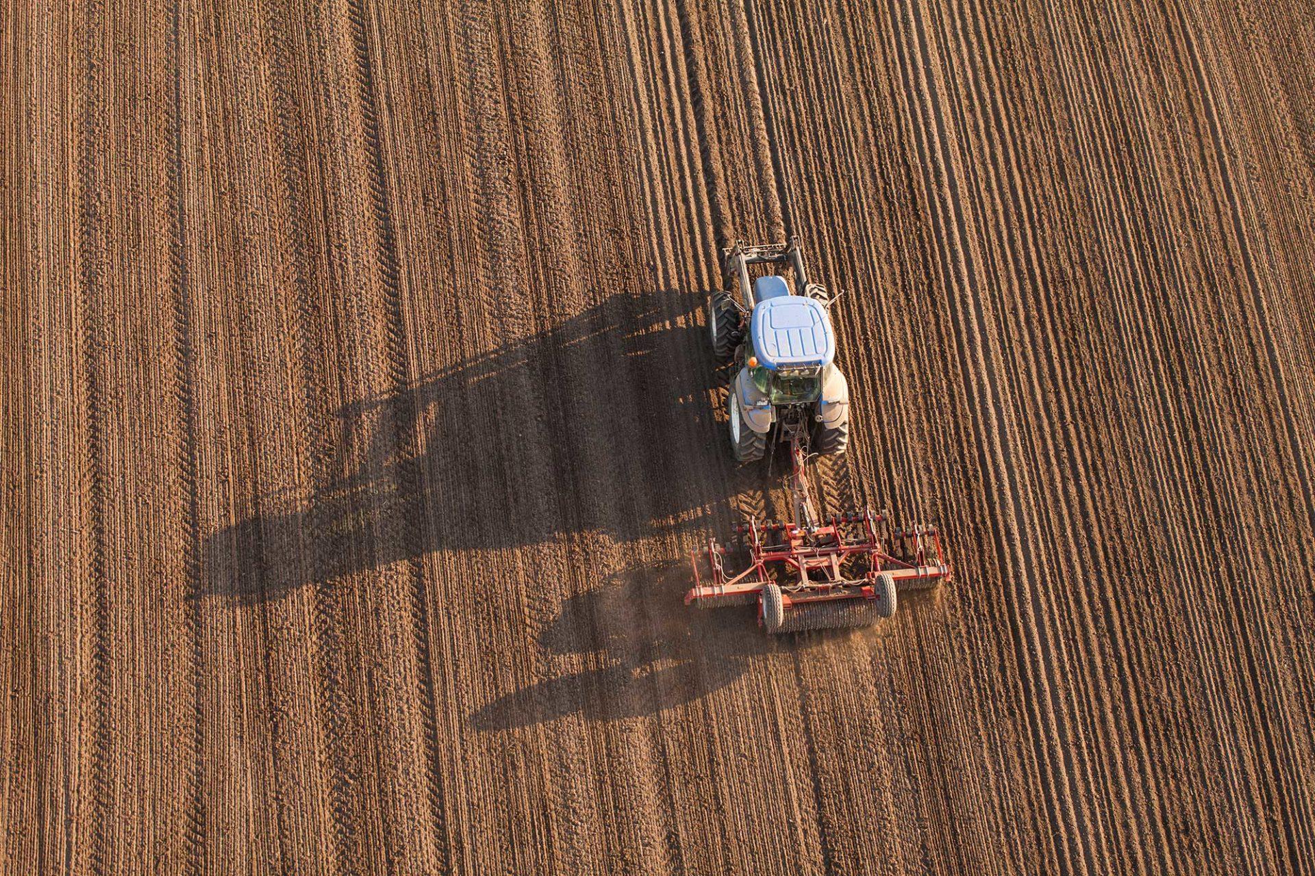 Ploegende tractor