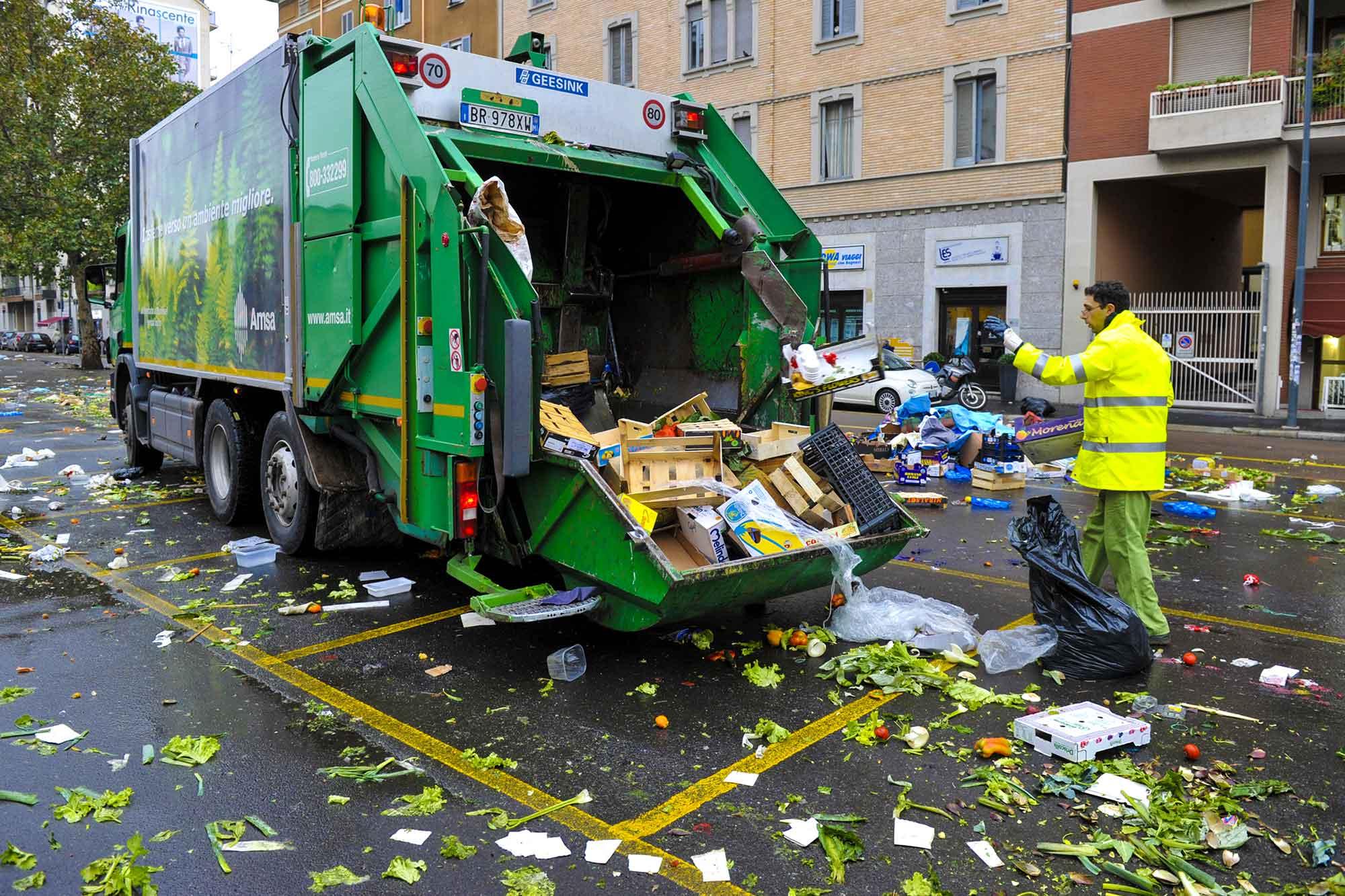 Vuilniswagen in Milaan na markt