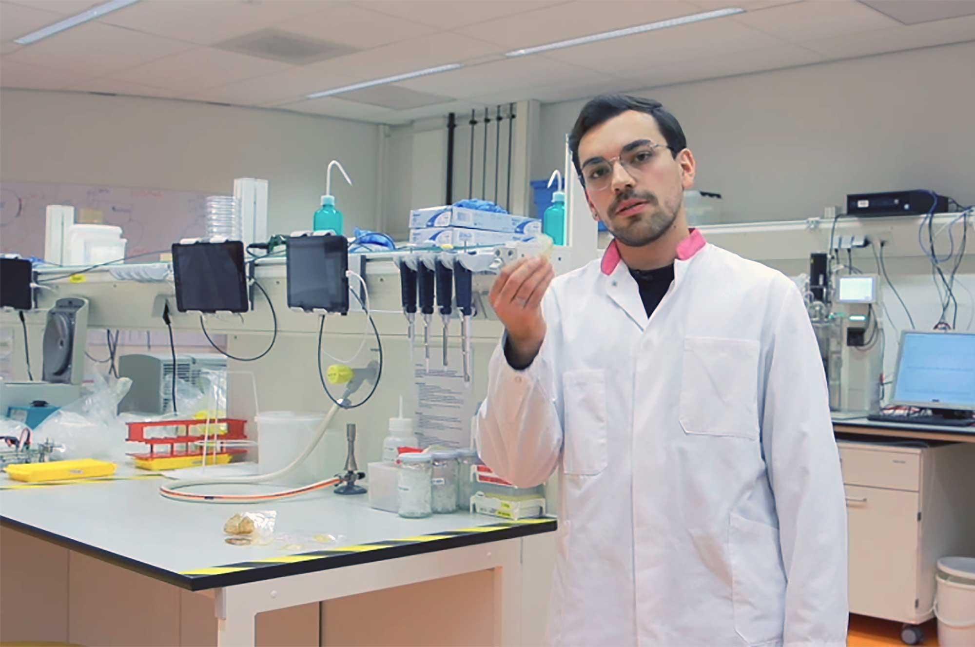 Guilherme de Souza Reis in het lab