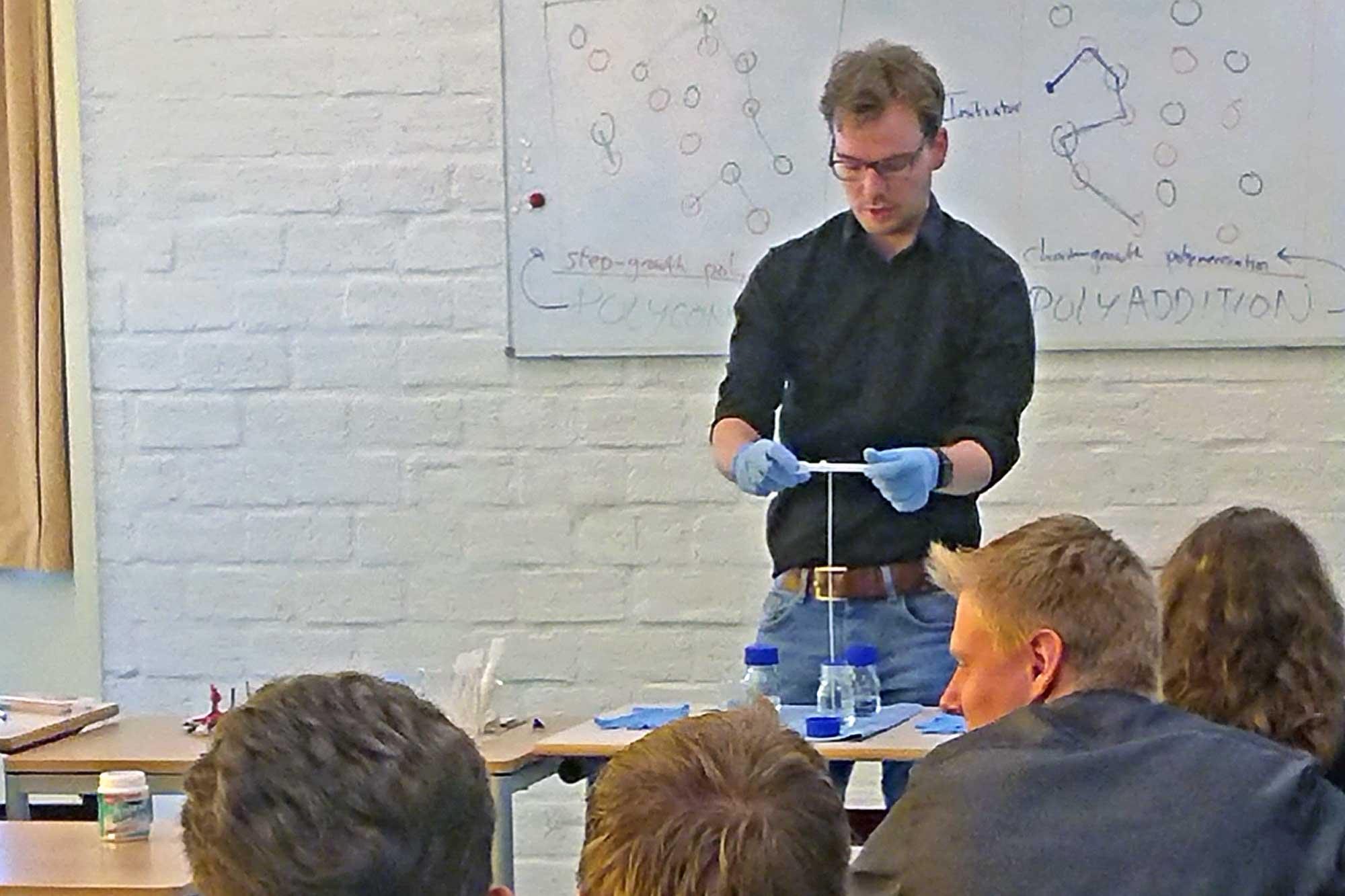 Vincent geeft les in de cursus Introductie Grondbeginselen van Kunststoftechnologie