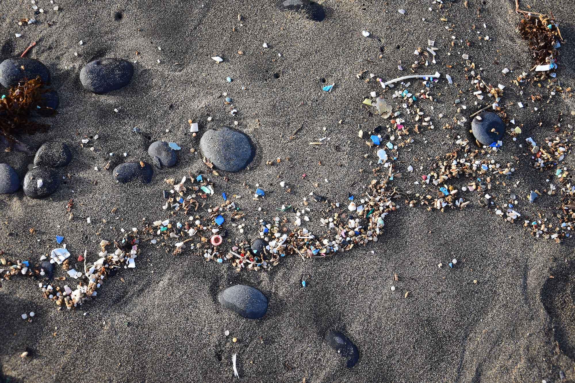 Microplastics op het strand