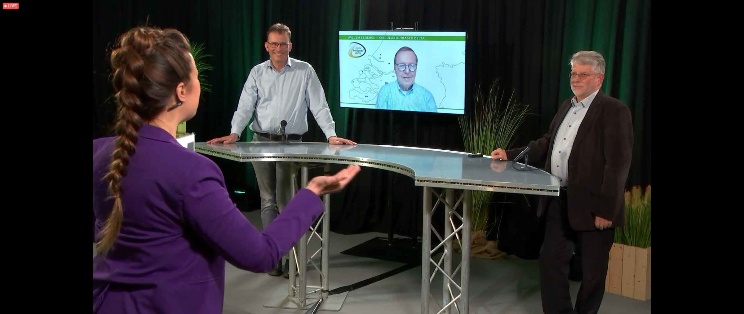 Willem Sederel op het scherm tussen Chris de Visser (l) en Hans van Klink (r)