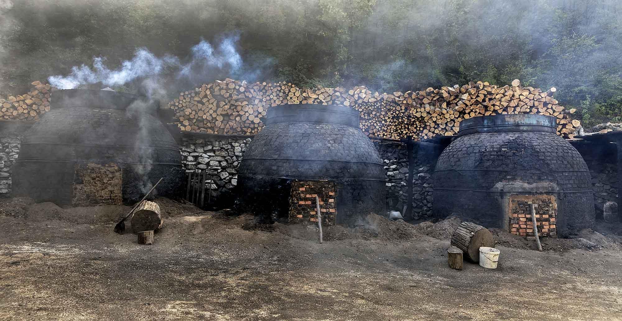 Houtskool maken op de traditionele manier